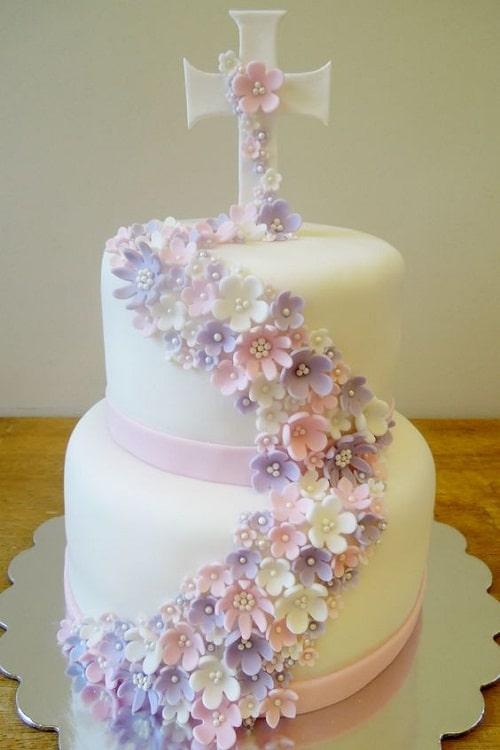 Gâteau de baptême avec des fleurs